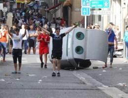 VIDEO: Tientallen gewonden na voetbalrellen