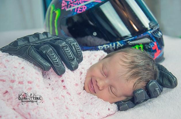 Baby glimlacht in 'handen' van overleden vader