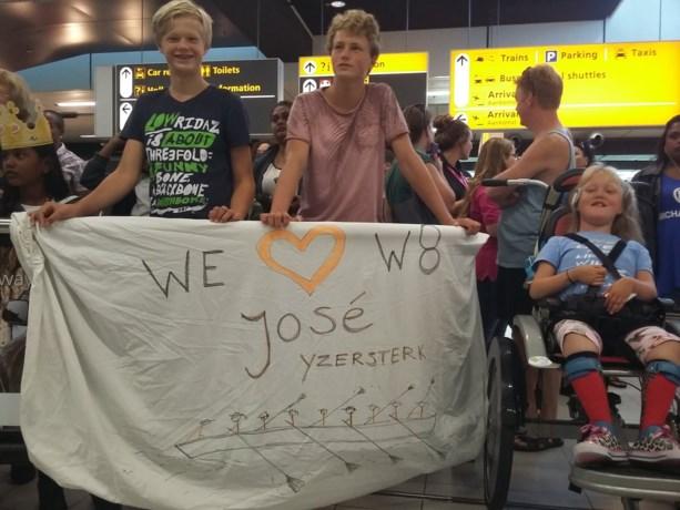 Familie en bloemen voor olympiërs op Schiphol