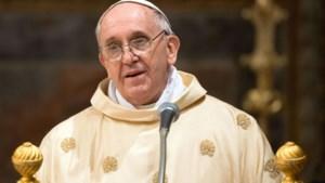 Paus leeft mee met bewoners rampgebied