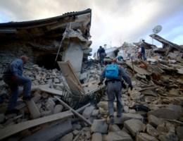 IN BEELD: Aardbeving richt zware schade aan in Italië