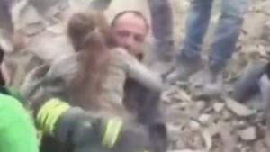 Gejuich: Meisje (10) na 17 uur levend van onder puin gered