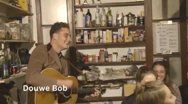 VIDEO Douwe Bob en Di-Rect zetten 'smerigste studentenhuis' op stelten
