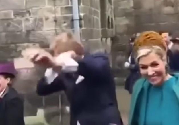 VIDEO Koning Willem-Alexander verrast jeugd met de Dab