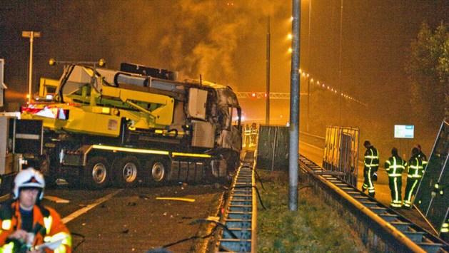 Vrachtauto botst op pijlwagen: chauffeur dood