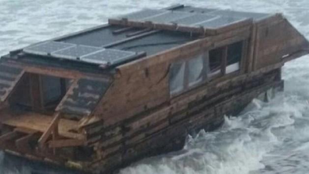 Woonboot spoelt 3.000 km verder aan op Iers strand