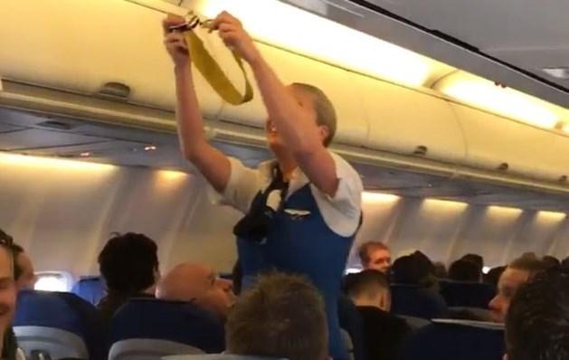 """Fans van Feyenoord """"schofferen"""" stewardess in vliegtuig"""