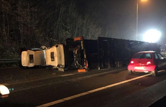 Vrachtwagen vol nieuwe auto's gekanteld op A2