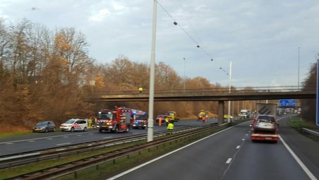 Auto over de kop op A76, bestuurder zwaargewond