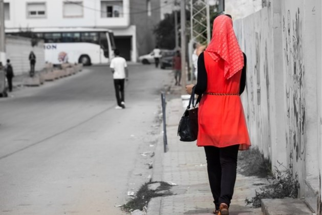 Moslima aan hijab over straat gesleurd door blanke tieners