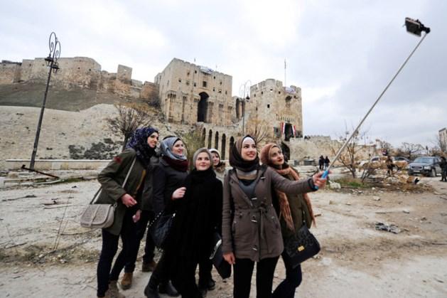 'Toeristen' poseren met glimlach tussen het puin van Aleppo