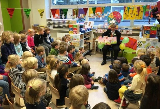 Maastrichtse Prins Bastiaan leest kleuters voor