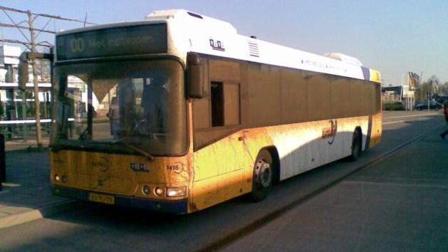 Chauffeur zet bus met passagiers stil voor boodschap