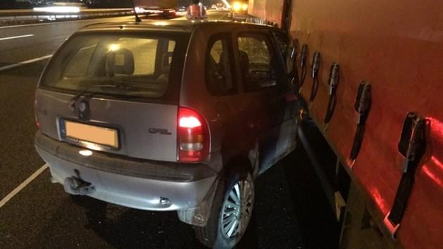 Auto rijdt zich klem in truck op A2, bestuurder vlucht weg