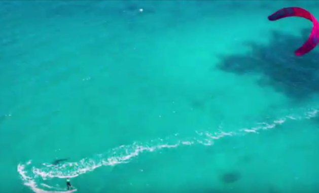 Drone filmt enorme haai onder kitesurfster