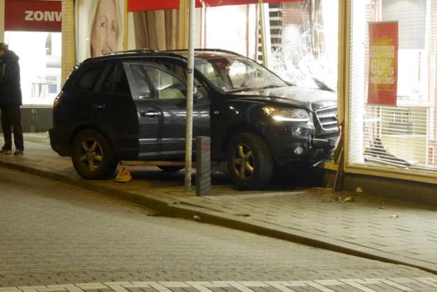 Dronken automobilist rijdt met gezin tegen winkelpui Breda