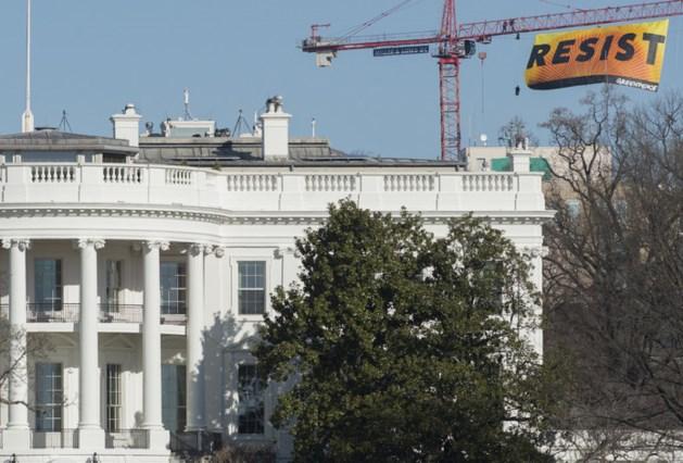Activisten hangen spandoek boven dak Witte Huis