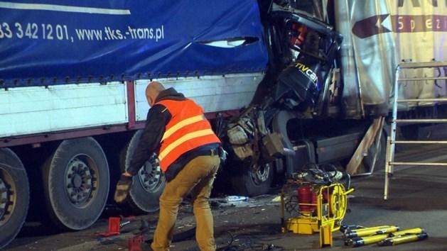 Chauffeur komt om het leven na botsing met stilstaande truck