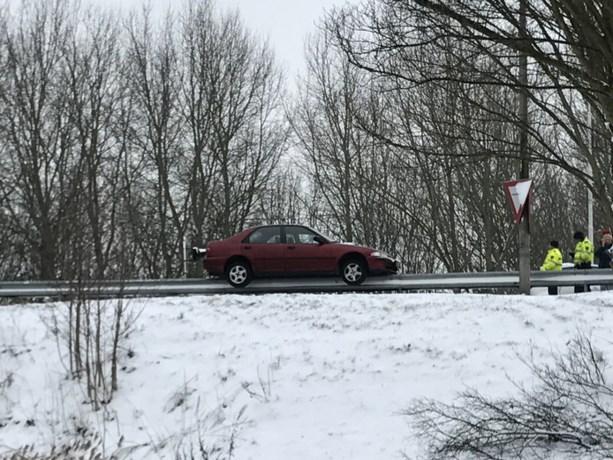 Man glijdt met moeder in auto over vangrail
