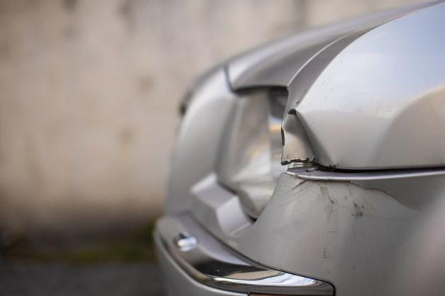 Dronken 17-jarige joyrider botst tegen geparkeerde auto en vlucht