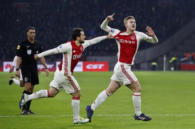 Ajax blijft Feyenoord volgen
