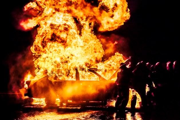 Auto's bekrast en in brand gestoken