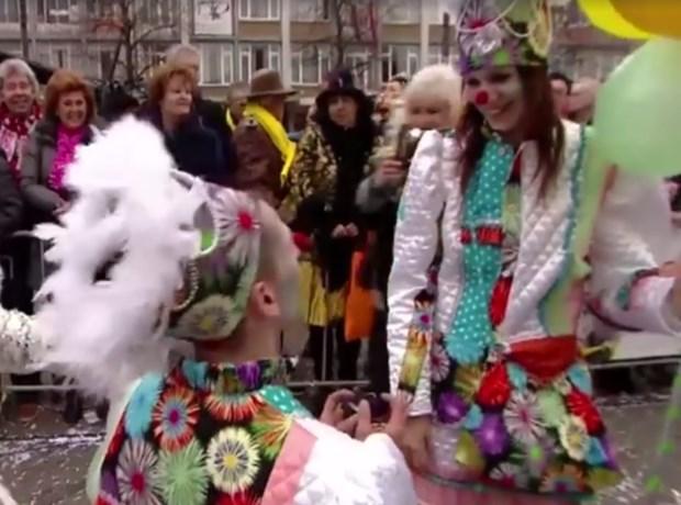 Romano verrast Wendy met huwelijksaanzoek in carnavalsoptocht