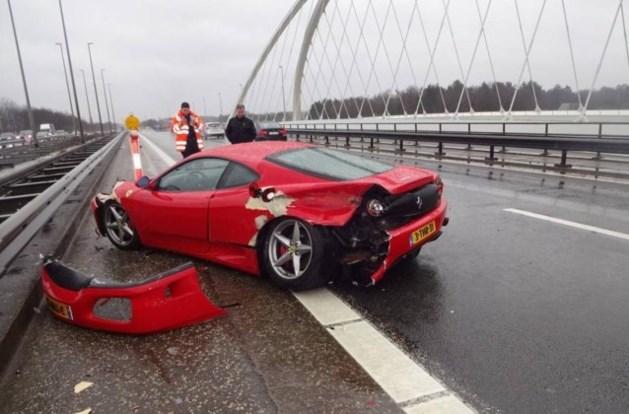 Jarige rijdt Ferrari in de prak tijdens plezierritje