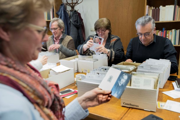 Burgemeester van Roermond sorteert bidprentjes