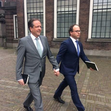 D66'ers Pechtold en Koolmees hand in hand op het Binnenhof