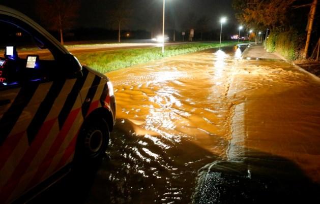 Kapotte leiding zet straten in Weert onder water