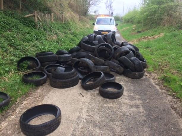 Ongeveer honderd kapotte autobanden gedumpt