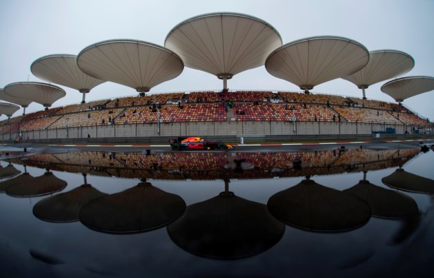 Max Verstappen snelste in verregende eerste training China