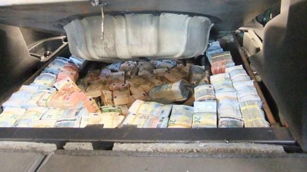 Politie vindt 300.000 euro in verborgen ruimte in auto