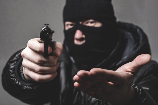 Mannen met bivakmutsen bedreigen persoon op straat met vuurwapen