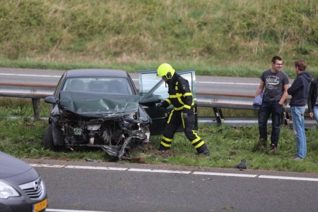 Auto knalt tegen vangrail A2, bestuurder gewond