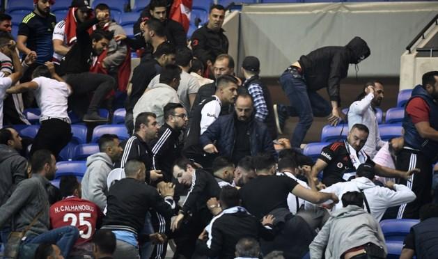 Video: matpartijen in stadion Lyon, supporters het veld op