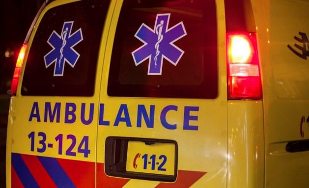 Mannen vallen door glazen dak en raken gewond