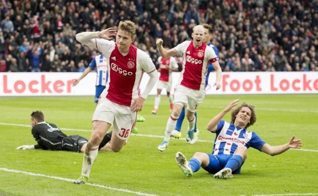 Ajax wint van Heerenveen en blijft Feyenoord in de nek hijgen
