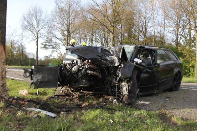 Auto hard tegen boom, bestuurder gewond