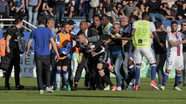 Fans Bastia vallen Depay en andere Lyon-spelers aan