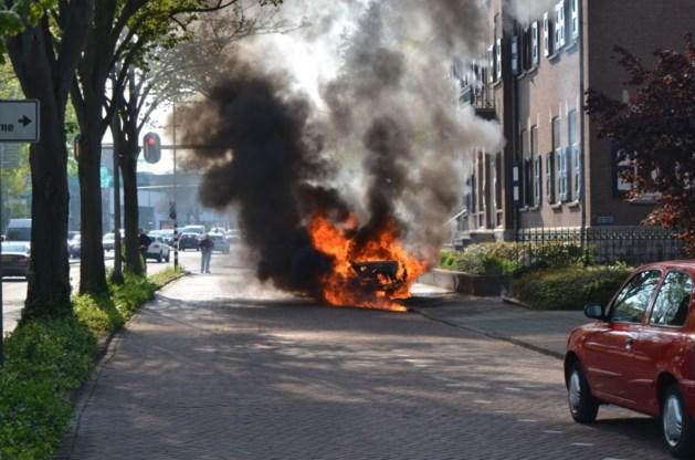 Fikse brand legt taxi volledig in de as
