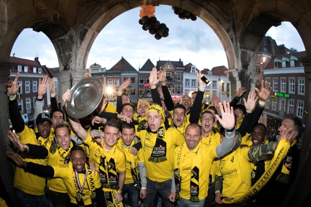 Kampioen VVV gehuldigd op bomvolle Markt in Venlo