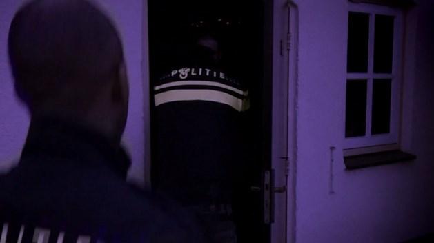 'Mannen in politie-uniformen dreigden mijn vriendin in brand te steken'