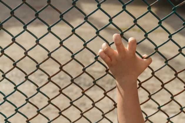Man ketent jongen (12) met hondenriem aan hek vast