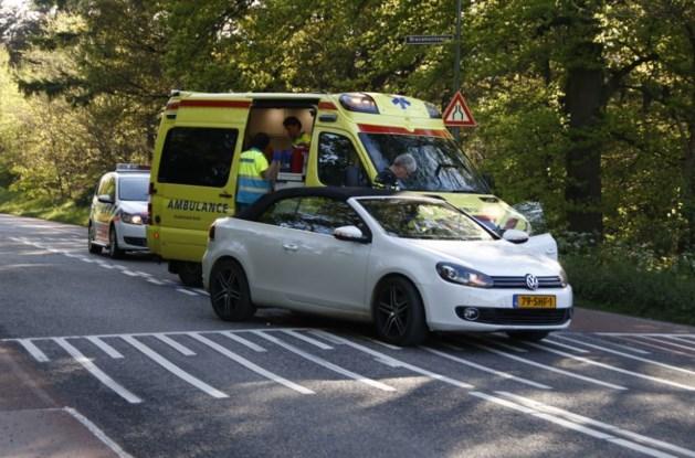 Fietser loopt hoofdletsel op na botsing met auto
