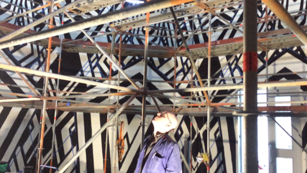 VIDEO: Kunstenaar bouwt zwart-wit 'kathedraal' in Maastricht