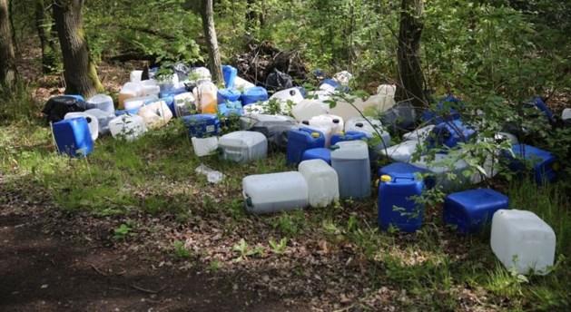 Honderd vaten met drugsafval in bosgebied gedumpt