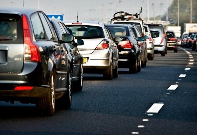 Lading glasplaten valt kapot op snelweg, file op A73