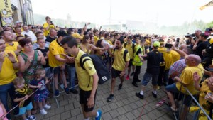 Fans onthalen Roda-spelers voorafgaand aan play-offkraker